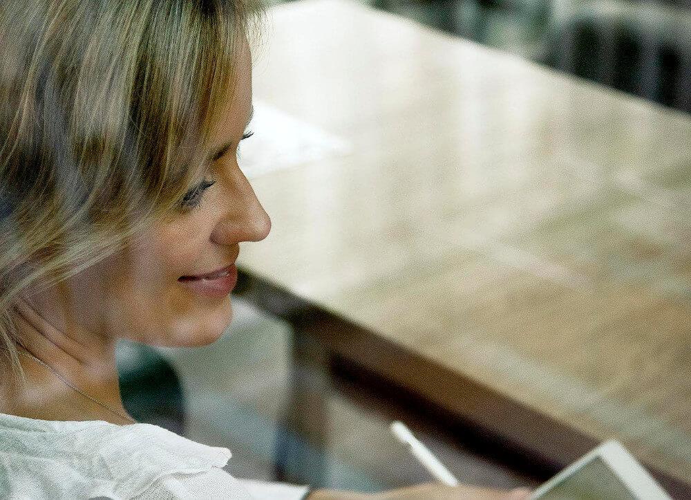 Jennifer Szeli seitliches Porträt